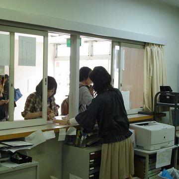 学校の教員室には、備え付けの用紙もあるはずじゃ