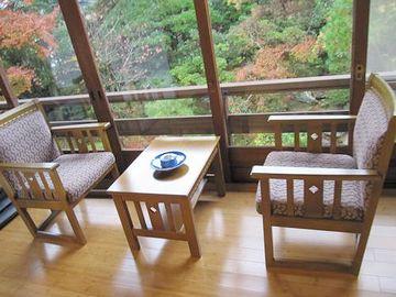テーブルと向かい合わせの椅子が置かれてるスペースです