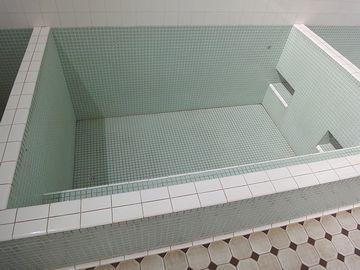 男湯浴槽の内壁には、踏み段が付いてます