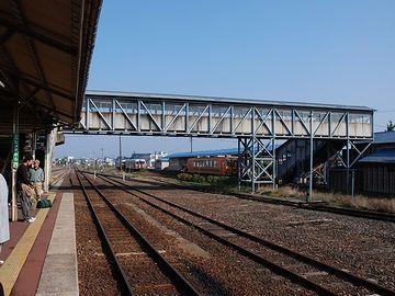 こちら側のホームが五能線。跨線橋を渡った向こうが津軽鉄道のようです。