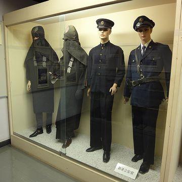 """『新津鉄道資料館』。左側の火事装束みたいな人は、何なんでしょう? 襟には""""鉄道省""""と入ってます。"""