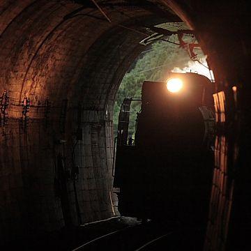 トンネルに入るたび、そこらじゅうでバタバタと窓閉めの騒ぎがあったりして……