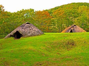 台地に復元された竪穴住居跡/北斗遺跡(釧路市)