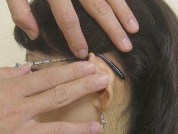 耳の裏の、メガネのツルが当たる耳の後ろには……