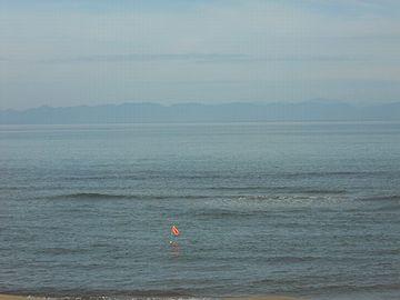 新潟市の角田浜から見た佐渡の島影