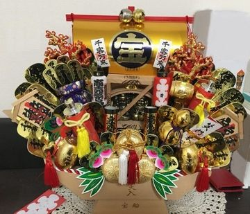 宝船などの飾り物が施される