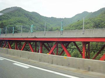 赤い鉄橋と並走