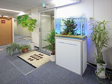 病院の待合室のアクアリウム