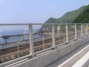 防風壁の向うに見えるのが、旧橋