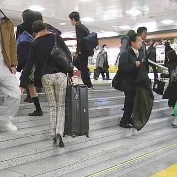 電車の駅では、階段など不便な場所が多いです