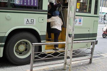 バスのステップって、どうしてこう高いのかね