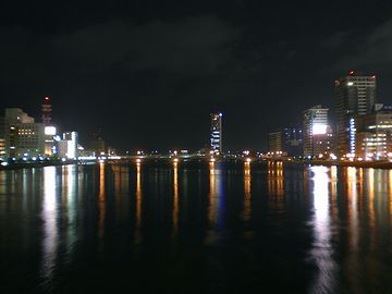 新潟市内を流れる夜の信濃川