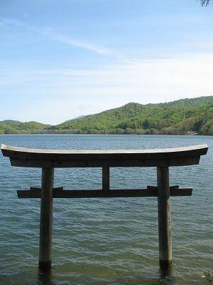 檜原湖・神社の鳥居