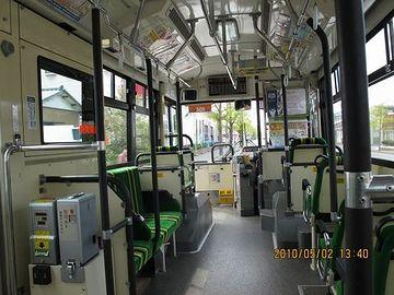 朝早いバスは、乗客もまばら