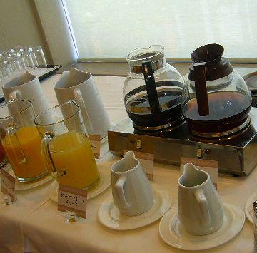 ホットコーヒー、アイスコーヒー、ウーロン茶、オレンジジュース、牛乳