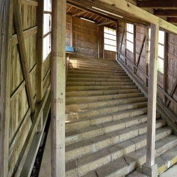 八森駅の階段が筒井康隆の小説に出てきそうだって……