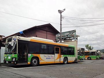 広い敷地に、バスがたくさんあります