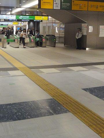 新幹線改札を通り