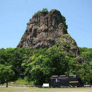 """遠軽町を見下ろす『瞰望岩』。まさに、""""見晴らしのいい高台""""そのものです。"""
