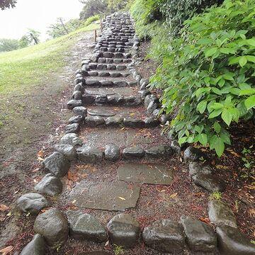 緩やかな石段