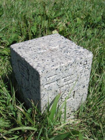 寒風山回転展望台の麓に建つ三角点の標石