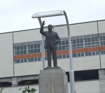 新幹線を無理やり停めた浦佐駅に立つ田中角栄像