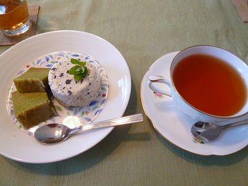 お茶飲んでる