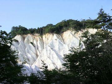 白っぽい断崖絶壁が連なって見えます