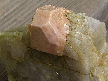 ピンク色の部分が、カリ長石の結晶