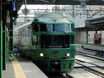 博多駅に入る「ゆふいんの森」