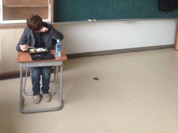 その子は、昼休み中、涙零しながら、机のお皿を睨んでた
