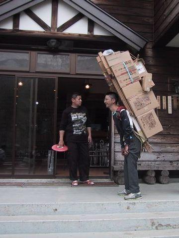 尾瀬『山の鼻小屋』売店に荷物を運ぶ背負子さん。1日終えた後のビールが美味しいでしょうね。