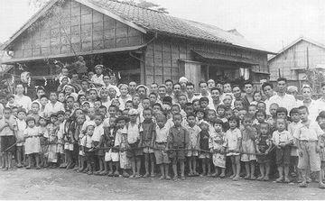 昭和22年、町内のお祭り前の記念撮影。今、うちの町内で、子供を見かけることは、ほとんどありません。