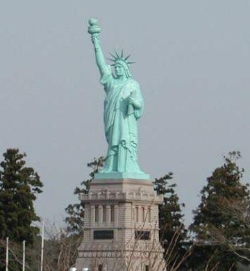 『おいらせ町』4分の1サイズの自由の女神。縮尺が変!