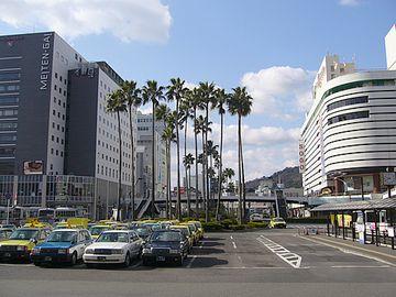 『徳島駅』。南国ムード満点。