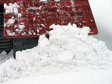 除いても除いても、上から新しい雪が落ちてくる