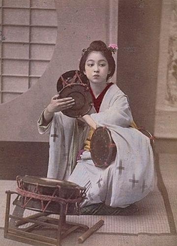 至芸『三つ鼓』。明治時代の写真。
