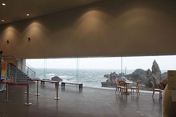 『男鹿水族館GAO』窓の外がすぐ海