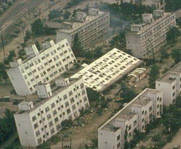 鉄筋コンクリートのアパートが横倒しになりました