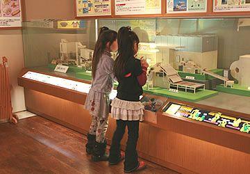 新潟の米菓の歴史を学べる、資料やミニチュア模型の展示コーナー