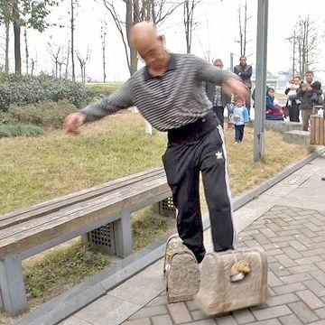 石の靴を履いて散歩する中国人