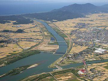 上へ行って海に落ちるのが大河津分水路。右に分かれる細い流れが、下流に向かう信濃川本流です
