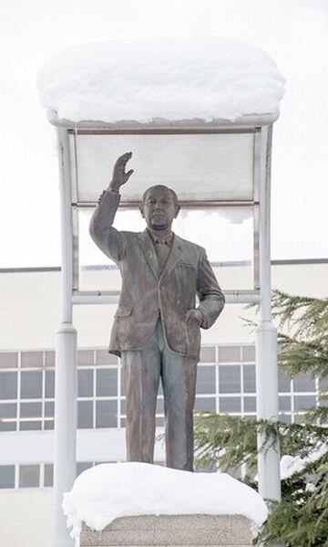 駅前には、田中角栄の銅像が立ってます