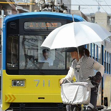 """大阪のおばちゃんは、日傘で""""さすべえ""""やっとりま。"""
