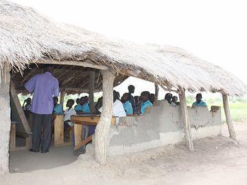 アフリカ、難民キャンプの小学校。先生のモチベーションは高く、生徒の意欲もスゴいそうです。