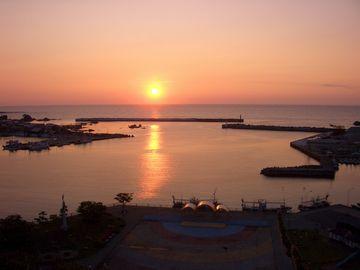 夕凪の深浦港。露天風呂みたいですね。