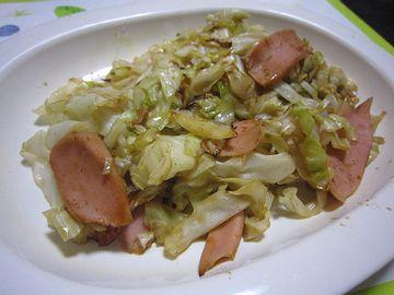 キャベツと魚肉ソーセージのソースソテー