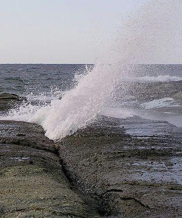 岩の間から、潮が噴き上がったりしますから