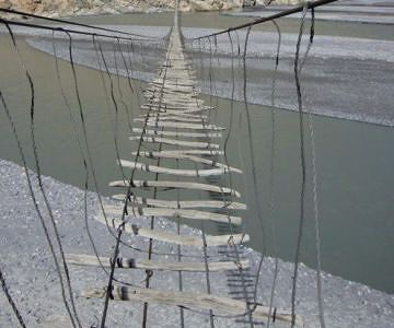 パキスタンの吊り橋。死ぬ気で渡れ!
