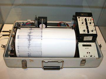 地震計は、横です
